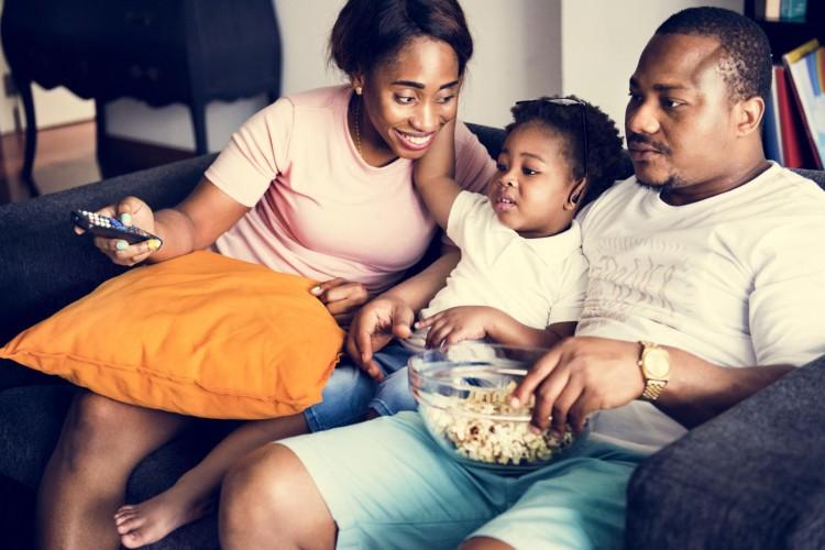 Tranquilo em casa? Se liga nessas dicas de filmes e séries para você assistir e passar o tempo com a família